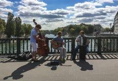 Музыканты улицы на Pont d' Arcole над Сеной в Париже Стоковое Изображение RF