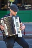 музыкант аккордеони играя улицу стоковая фотография rf