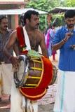 Музыкант в виске на Керале, Индии стоковые фото