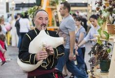 Музыкант в грузинском национальном платье Стоковое Фото