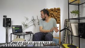 Музыкант в домашней студии музыки затыкая микрофон внутри и испытывать сток-видео