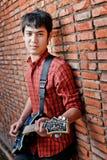 музыкант гитары красивый играя детенышей Стоковая Фотография RF
