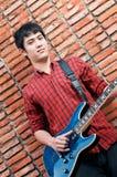 музыкант гитары красивый играя детенышей Стоковые Изображения RF