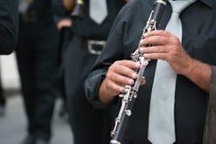 музыкант диапазона кларнета идя в улицу Стоковая Фотография