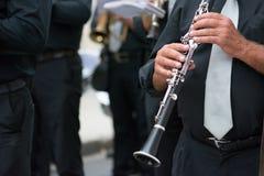 музыкант диапазона кларнета идя в улицу Стоковое Фото