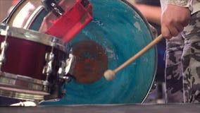Музыкант играет барабанчики на этапе 4k видеоматериал