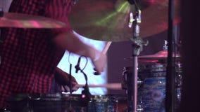 Музыкант играет барабанчики на этапе 4k сток-видео