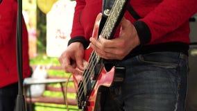 Музыкант играет басовую гитару акции видеоматериалы