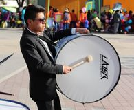 Музыкант играет большой барабанчик Стоковые Изображения RF