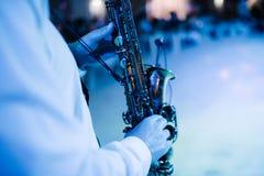 Музыкант играет конец-вверх саксофона внутри помещения Саксофонист играет саксофон на конце-вверх события стоковые изображения rf