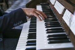 Музыкант играет рояль; орган Стоковое Фото