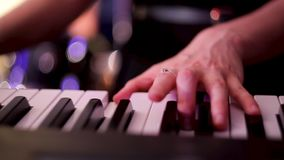 Музыкант играет синтезатор на концерте Пальцы прессы девушки ключи синтезатора акции видеоматериалы