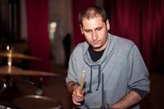 Музыкант играя барабанчики на этапе Стоковые Изображения