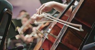 Музыкант играя виолончель во время репетиции классической музыки перед концертом акции видеоматериалы
