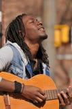 Музыкант играя гитару Стоковые Фотографии RF