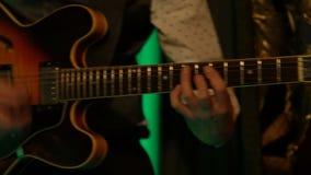 Музыкант играя мелодию электрической гитары видеоматериал
