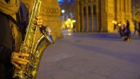 Музыкант играя музыку саксофона, славную романтичную атмосферу, дату в городе ночи сток-видео