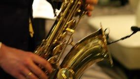 Музыкант играя саксофон видеоматериал