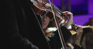 Музыкант играя скрипку во время репетиции классической музыки перед концертом видеоматериал