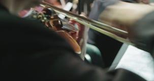 Музыкант играя скрипку во время репетиции классической музыки перед концертом сток-видео