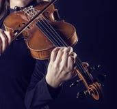 Музыкант играя скрипку стоковое фото