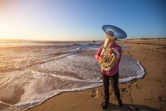 Музыкант играя тубу на музыкальном инструменте морского побережья Стоковое Изображение