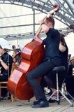 Музыкант играя contrabass Стоковая Фотография