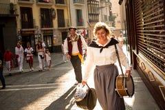 Музыкант идет вдоль улицы булыжника во время фестиваля Сан Fermin Стоковое Изображение