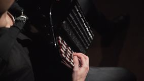 Музыкант нося шляпу играя аккордеон в темной комнате акции видеоматериалы