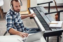 Музыкант отключения заканчивать новый материал стоковое фото rf