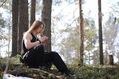 Музыкант с инструментом в природе Человек играет каннелюру в a Стоковое Изображение RF