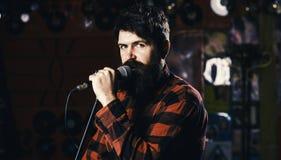 Музыкант с песней петь бороды и усика в караоке Битник любит спеть на этапе Концепция музыки и отдыха человек стоковые изображения rf