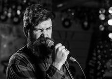 Музыкант с песней петь бороды и усика в караоке Концепция рок-звезды Человек с восторженной стороной держит микрофон стоковое фото rf