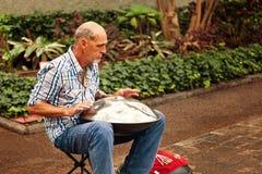 Музыкант улицы играя традиционную аппаратуру вызвал вид Стоковое фото RF