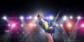 Музыкант утеса на концерте Мультимедиа Стоковое фото RF