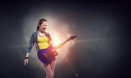 Музыкант утеса на концерте Мультимедиа стоковая фотография rf