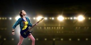 Музыкант утеса на концерте Мультимедиа Стоковая Фотография