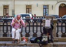 Музыкант улицы в Санкт-Петербурге, России Стоковое Изображение RF