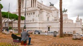 Музыкант улицы на национальном монументе Викторе Emanuel II в Риме стоковая фотография