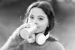 Музыка всегда со мной Ребенок девушки милый с наушниками Причины вы должны использовать наушники Наушники изменили мир стоковая фотография rf