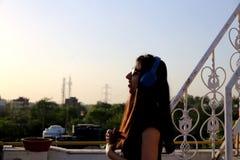 Музыка девочка-подростка слушая с полным наслаждения стоковая фотография rf
