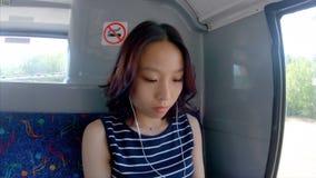 Музыка девушки слушая на автобусе 4k акции видеоматериалы