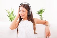 Музыка девочка-подростка слушая Стоковое Изображение