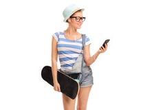 Музыка девушки битника слушая на ее телефоне Стоковое Изображение