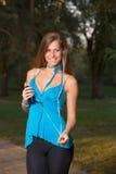 Музыка девушки слушая с наушниками и держать smartphone Стоковое фото RF