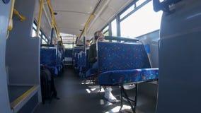Музыка женщины слушая на автобусе 4k акции видеоматериалы