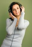Музыка женщины слушая стоковые изображения rf