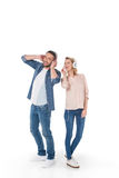 Музыка жизнерадостных молодых пар слушая с наушниками, Стоковое Фото
