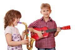 Музыка игры маленькой девочки и мальчика Стоковое Фото