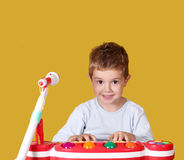Музыка игры мальчика на клавиатуре Стоковая Фотография